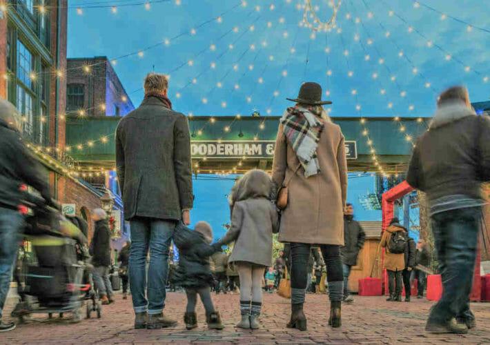 Famille se tenant par la main en hiver - observation ou évaluation?